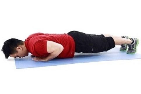 俯卧撑练胸肌的准确做法-追梦健身网