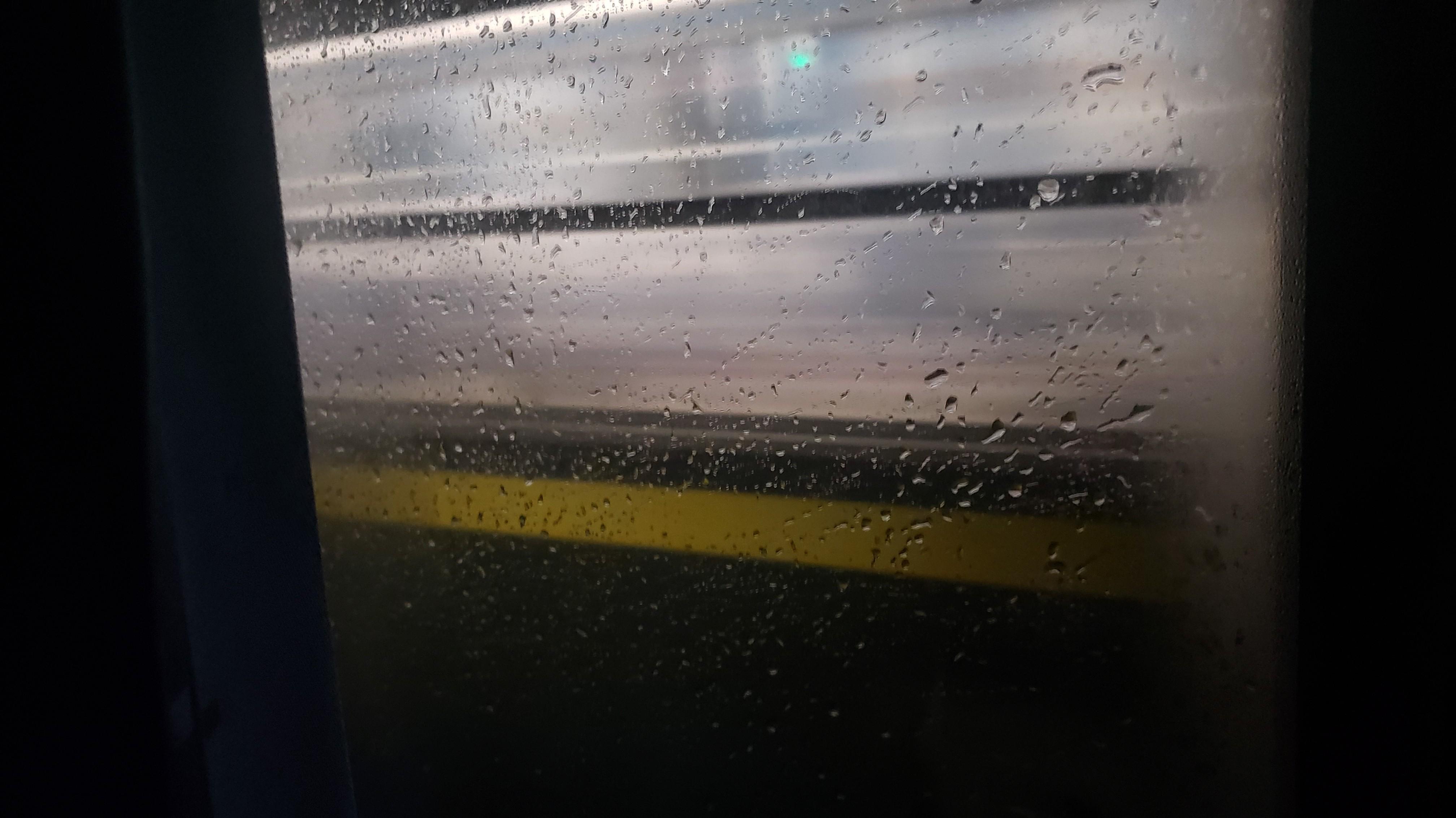 车窗外经过的另一趟列车,开往相反方向